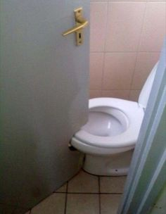 This Is Very Humor Picture Of A Toilet Door. In This Funny Picture The Door Of A Toilet Was Designed According To The Wrong Construction Of Bathroom. All This Happened Because Of Very Short Area Inside The Bathroom. Job Fails, Real Estate Humor, Design Fails, You Had One Job, Home Inspection, Just For Laughs, Funny Fails, Funny Captions, Funny Photos