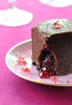 Süßes Fingerfood: Brownies mit Himbeerfüllung  - Schnelle Partyrezepte - Süßes Fingerfood mit Überraschung! In den zartbitteren Brownies steckt eine fruchtig-süße Himbeerfüllung. Bestreuen Sie den Mini-Kuchen zum Servieren noch mit selbstgemachtem Brombeerkaviar...
