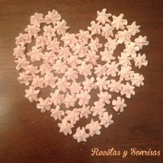 Corazón de Merenguitos o suspiros de merengue de fresitas .http://recetasysonrisas.blogspot.com.es/2014/01/besitos-o-suspiros-de-merengue.html #récipe #food #tutorial #meringue # strawberries # sanvalentin
