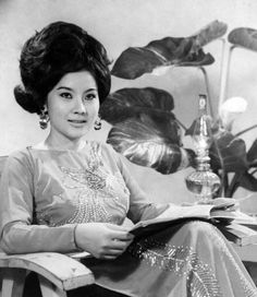 Mong Tuyen - Film and Stage Actress of South Vietnam Prior to 1975 North Vietnam, Vietnam War, Vietnamese Traditional Dress, Traditional Dresses, Beautiful Vietnamese Women, Vietnamese Clothing, 60s And 70s Fashion, Indochine, Asian Hotties
