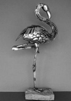 Pássaro com talheres reciclados
