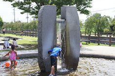 Arakawa Sougou Park. No parking. 岩の上部に設置されたパイプから水が流れ落ちます
