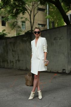 ❤️ the asymmetrical hem, would look awesome in black - Atlantic-Pacific: power suit Casual Styles, Mode Chic, Mode Style, Street Style, Street Chic, Street Fashion, Atlantic Pacific, Tuxedo Dress, Haute Hippie