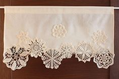 Latest Absolutely Free what to do with Crochet Doilies Ideas Vorhang mit häkeln Deckchen Café Vorhang Fenster von DecorAnna Doilies Crafts, Lace Doilies, Crochet Doilies, Crochet Lace, Fabric Crafts, Sewing Crafts, Sewing Projects, Filet Crochet, Vintage Crochet