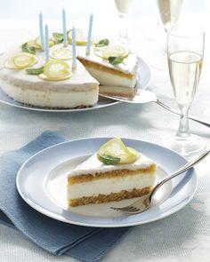 Una torta golosissima, fresca e cremosa, con un cuore di leggero yogurt greco profumato di limoncello e limone. Prova la ricetta di Sale&Pepe.