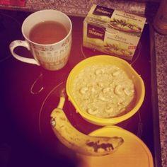 Eine super Lunch-Idee für die Arbeit finde ich: Hannah stärkte sich mit süßem Quinoa, Chashews, Banane und Apfel-Mangomark.