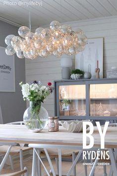 By Rydéns erbjuder högkvalitativa lampor som passar alla hem. Fri frakt över 499 och snabb leverans! Murs Mobiles, Home Living Room, Living Room Decor, Wood Chandelier, By Rydéns, Garden Chairs, Lamp Design, Cozy House, Interior Inspiration