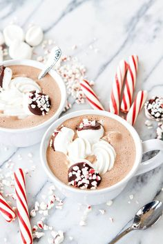Hot chocolate and cold weather go hand-in-hand! Check out this list of 10 ways to upgrade homemade hot chocolate! 10 Ways To Upgrade Homemade Hot Chocolate Spiked Hot Chocolate, Christmas Hot Chocolate, Homemade Hot Chocolate, Hot Chocolate Bars, Hot Chocolate Recipes, Chocolate Coffee, Hot Chocolate Gift Basket, Chocolate Gifts, Mint Chocolate