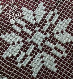 Antep işi/ Bordando Filet// Maria L.Bertolino/ www. Tambour Embroidery, Embroidery Monogram, Hand Embroidery Designs, Embroidery Stitches, Embroidery Patterns, Stitch Patterns, Filet Crochet, Broderie Bargello, Weaving Loom Diy