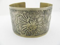 Love how well this artisan uses the etching technique , beautifull work. Brass Cuff, Cuff Bracelets, Art Pieces, Artisan, Jewelry Making, Trending Outfits, Unique Jewelry, Handmade Gifts, Metal