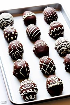 These Easter Egg Oreo Truffles are simple to make with just 4 ingredients, and they are such a fun treat for Easter! Easter Candy, Easter Treats, Easter Gift, Easter Dinner, Easter Brunch, Easter Table, Holiday Treats, Holiday Recipes, Candy Recipes