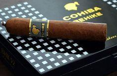 Die wohl wertvollste und vor allem teuerste Zigarre wird mit besonderer Sorgfalt im Mekka der Zigarren – Kuba – hergestellt. Die Exklusivität der Marke wird durch ihre Legenden bestärkt.