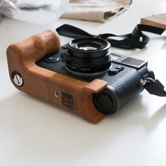 Leica with Holzgriff wooden cameragrip Wooden Camera, Leica, Handmade Wooden, Cameras, Gears, Usb Flash Drive, Clouds, Gear Train, Camera