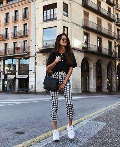 Look preto e branco com calça xadrez @ootdmagazine #pretoebranco #blackandwhite #pb #xadrez #calcaxadrez #moda #estilo #tendência #fashion #fashionblog #modamujer #modafeminina #streetstyle #streetfashion #streetwear #modaderua #estiloderua #outfitt #ootd #outfitoftheday #outfitideas #outfits #looks #lookoftheday #lookdodia #look