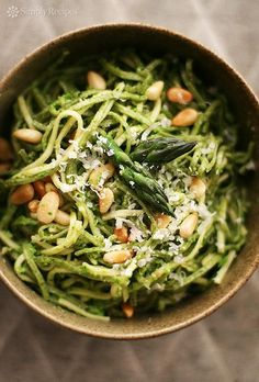 Fresh spring asparagus pesto recipe with baby spinach, asparagus, pine nuts, olive oil and garlic, served with fettuccine pasta. Healthy Dinner Recipes, Vegetarian Recipes, Healthy Dishes, Vegan Meals, Diet Recipes, Recipies, Sin Gluten, Gluten Free, Clean Eating