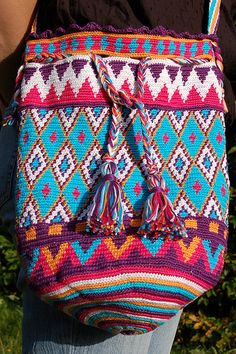 No pattern but links to tutorials on tapestry crochet. Stunning INSPIRATION for me for tapestry crochet design Crochet Handbags, Crochet Purses, Crochet Bags, Diy Crochet, Crochet Crafts, Knitting Projects, Crochet Projects, Mochila Crochet, Tapestry Crochet Patterns