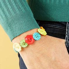Great idea to craft with the girls - Button Bracelets.