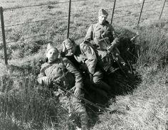 Drie gemobiliseerde soldaten liggen in het gras met hun mitrailleurs. Zonder plaats, 1939.