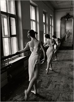 Bolshoi Ballet School, Moscow, Photo: Cornell Capa/Magnum Photos, courtesy of the International Center of Photography. Capa founded the International Center of Photography in New York after a long and distinguished career as a photojournalist,. Bolshoi Ballet, Ballet Du Bolchoï, Ballet Dancers, Ballet Bar, Dance Photography, Vintage Photography, Street Photography, Photography Composition, Lines In Photography