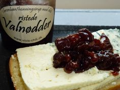 Ristede valnødder i brombær/honningsirup med chili | Vivis chili Food Cakes, Camembert Cheese, Tapas, Chili, Cake Recipes, Biscuits, Food And Drink, Appetizers, Lunch
