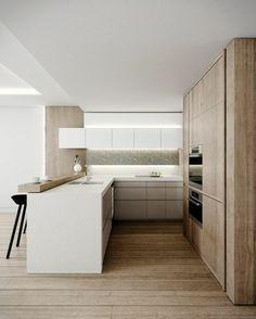 Strakke witte hoekkeuken met houten wandkast.