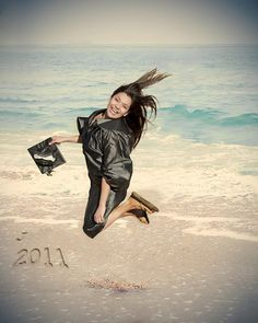 No More Boring Cap Gown Pictures This Creative Senior Picture Was Taken On The Beach In Galveston See At Susanhenr