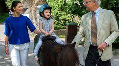 Kronprinzessin Victoria, König Carl Gustaf und Prinzessin Estelle beim Besuch des Stockholmer Freilichtmuseums Skansen.