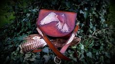 Shoulder bag with 3d motif 'American Kestrel', all hand-tooled, embossed and painted #b2zone #b2zonemagazine #leatherart #leatherfeathers