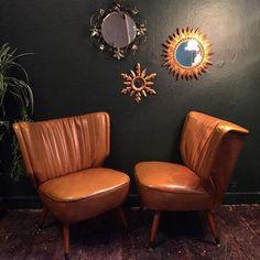 To lækre loungestole i kunstlæder med messing dutter på benene- 3200kr pr stk (en smule slid på hjørne) Se også de to vi har med armlæn tidligere i feed. Butikken er åben 12-17.30 i dag.