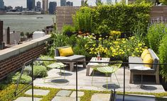 A roof terrace garden is generally used as an additional in urban environment. Roof terrace gardens in the sense of rooftop gardens can be ornamental or functional. Rooftop Terrace, Terrace Garden, Rooftop Gardens, Lush Garden, Balcony Gardening, Green Terrace, Rooftop Design, Rooftop Party, Terrace Ideas
