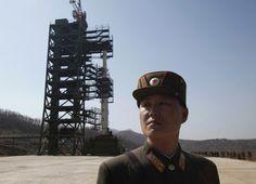 02-dez-12 - CHINA: mostra preocupação sobre lançamento de foguete norte-coreano. Ação deve aumentar tensão diplomática entre os países. Pequim diz que Pyongyang tem direito de usar espaço para fins pacíficos. Na foto, soldado norte-coreano aparece em frente a foguete para foto de arquivo. País irá lançar satélite entre 10 e 22 de dezembro. Foto: Bobby Yip - Reuters.