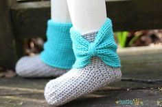 Bow Cuff Slipper Boots #crochetpattern by @BustingStitches