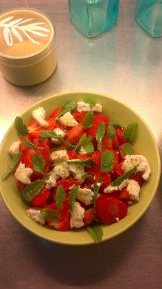 Jordgubbar, melon, fetaost och myntablad