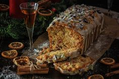 This recipe is very traditional and classic. It is just the typical candied fruit cake and rum made by our grandmothers with a delicious orange glaze, just perfect to eat with the afternoon coffee … Cakes Originales, Honey Pie, Candied Fruit, Sugar Candy, Plum Cake, Ron, Grandmothers, Fun Desserts, Food Styling