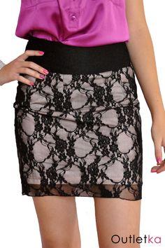 Spódnica firmy Clockhouse dla C&A. Spódnica posiada jasno-różową podszewkę. Na wierzchu czarna delikatna koronka. Spódnica z tyłu posiada wszyty kryty zamek. Dobrze dopasowuje się do sylwetki.