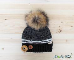 Tuque Rustik par Akroche Tatuk. Pattern crochet hat. Patron tuque au crochet français gris noir avec pompon de fourrure.
