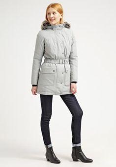 Heb je een ontzettende hekel aan de kou en heb je géén zin om het dit jaar koud te gaan hebben? Dan is deze winterjas van Barbour echt iets voor jou! En dan gaat er ook nog is 40% vanaf. Snel deze jas scoren dus!! #aldoor #uitverkoop #lekkerwarm #winter #mode #damesjassen #winterjassen #silverice
