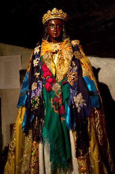 SainteSara , la noire; Saintes Marie de la Mer, France; vénérée par les Gitans qui lui font un pélerinage amenant des Gitans d'un peu partout