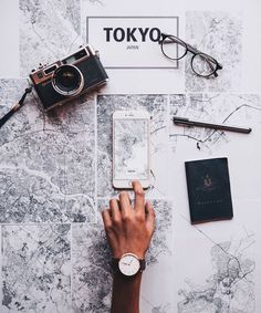 8 Things To Remember Before Traveling To A Foreign Country (PROJECT INSPO) Behold, the ultimate pre-travel checklist. Make sure your passport doesn't expire soon. Many countries will not permit travelers to enter the country unless their passports wi Travel Checklist, Travel Essentials, Flat Lay Photography, Travel Photography, Photography Ideas, Travel Flatlay, Jolie Photo, Travel Aesthetic, Travel Goals
