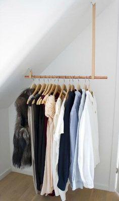 Her på bloggen Showroom by Mia Maja har jeg fundet en flot og enkel måde at lave et tøjstativ på. Idéen her er vist under en skråvæg, – men den kan også bruges på almindelige vægge – så skal læderstr