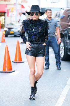 Lady Gaga en top Koché de la collection automne-hiver 2016-2017, short en cuir noir, chapeau