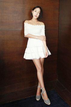 Today's Hot Pick :ハイウエストミニフレアスカート【DARK VICTORY】 http://fashionstylep.com/SFSELFAA0013803/khyelyunjp/out ハイウエストデザインのミニフレアスカートです。 フレアのシルエットとミニ丈でガーリー感が一段とUP↑↑ カジュアルなTシャツやガーリッシュなブラウスとも相性抜群♪ 着るだけで女子力の上がる↑アイテムです☆ キレイなアイボリーカラーをご用意しました。 フリーサイズです。 身長によって着丈感が異なりますので下記の詳細サイズを参考にしてください。 ◆1色: アイボリー