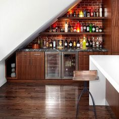 Trendy home bar under stairs kitchens Diy Home Bar, Home Bar Decor, Mini Bars, Bar Under Stairs, Storage Under Stairs, Under Staircase Ideas, Staircase Shelves, Space Under Stairs, Modern Staircase