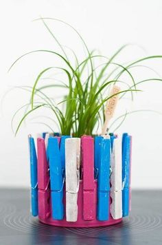 plantenpotje met onderste helft van een conservenblik en wasknijpers