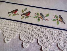 PANO DE PRATO em tecido de sacaria, 100% algodão, bordado em ponto cruz no tecido de cânhamo e barrado de crochê R$ 44,95