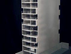 La maqueta se realizó íntegramente en acrílico gris de 2,4 mm y 4 mm, los vidrios y balcones se realizaron en PET-cristal grabado, y la base se construyo en madera fibro fácil (MDF); se pintó con pintura sintética gris. Más información en www.maquetasmsh.com.ar