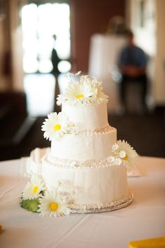 Daisy Wedding Cake from Daily's Annex Bakery in Evansville, IN  #vickersphoto www.vickersphoto.com