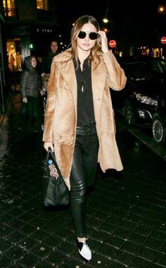 Der camelfarbene Mantel kann auch anders als klassisch... Miranda Kerr verschärft den Classic-Coat (von Max Mara) mit sexy Black. Und trotz maskuliner Note - Tuxedo-Bluse, Lederleggings und Herrenschuhe - wirkt das Style-Konzept wunderbar weiblich.