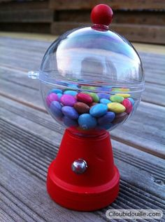 très joli !! 1 mini pot de fleur + 1 boule de noel et deux petite perles ... voici un faux distributeur de smarties .. pour un mariage, bapteme, fête anniversaire, halloween etc ....