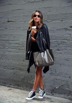 Schwarzes Kleid kombinieren: cool mit Turnschuhen